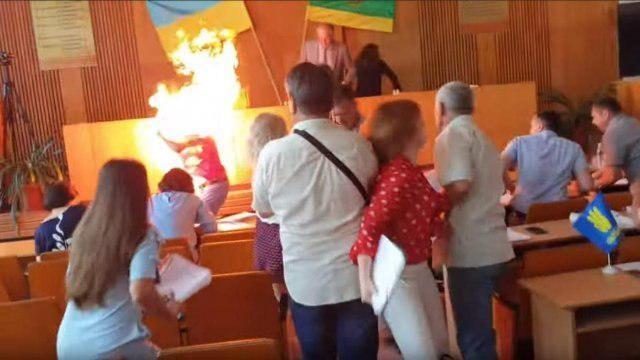 В Бердичеве бизнесмен поджег себя на глазах у депутатов