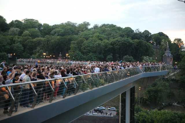 На пешеходном мосту в Киеве заметили Mercedes с номерами, закрепленными за Верховной Радой