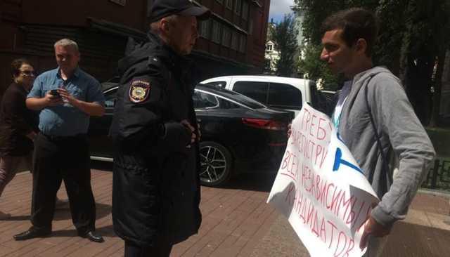 У столичного избиркома проходят пикеты за регистрацию независимых кандидатов в Мосгордуму