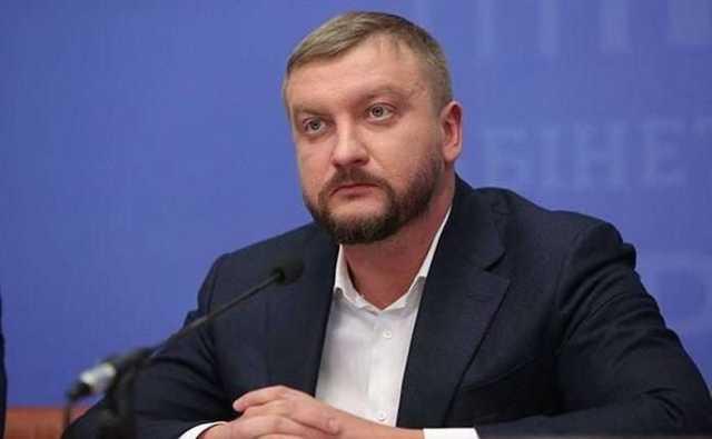 """Министр Юстици Павел Петренко использует """"левые"""" номера на своем автомобиле"""
