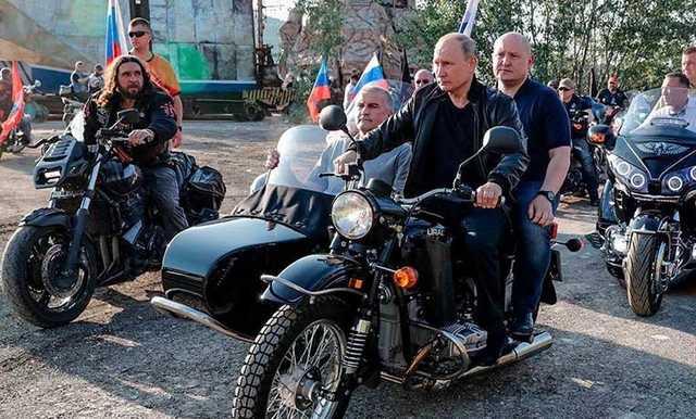 Путин на мотоцикле с коляской привез главу Крыма на байк-шоу