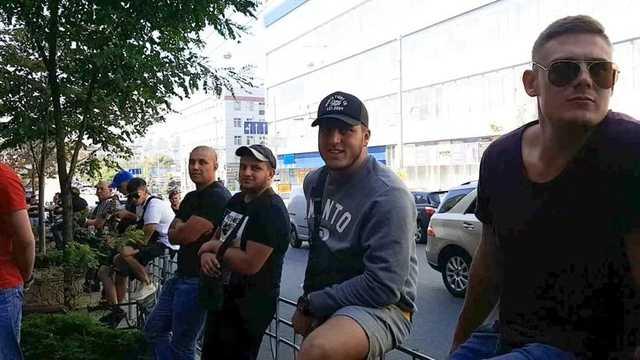 СМИ: На выходе Порошенко из ГБР встречали «охранники» Кононенко