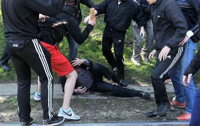«Чурки, вам тут не место». Массовая драка таксистов с охранниками в Шереметьево попала на видео