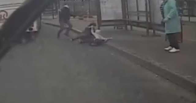 В Красноярске водитель автобуса жал на газ, когда из дверей кубарем выпала женщина с ребёнком