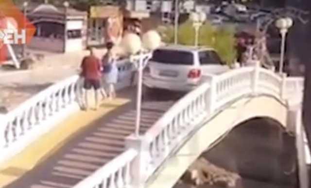 «Живот скрутило». В Краснодаре автохам на Mercedes искал скорую помощь на пешеходном мосту