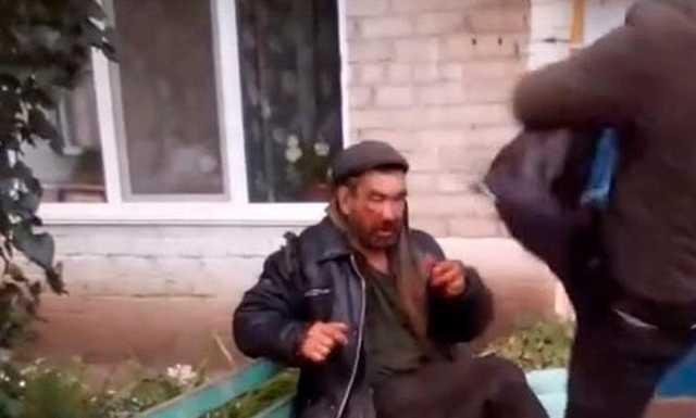 В Башкирии пьяный подросток с флагом военной разведки жестоко избил бездомного