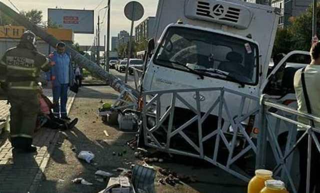 У рынка в Казани грузовик снес забор и сбил пять человек