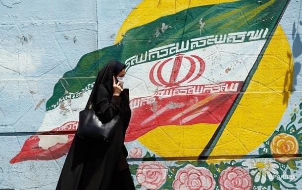"""В Иране женщина сожгла себя, потому что ее не пустили на стадион и обвинили """"в появлении на публике без хиджаба"""""""