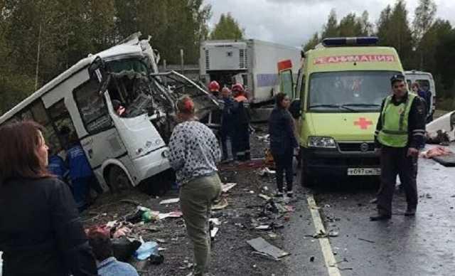 Под Ярославлем фура протаранила автобус, погибли 9 человек