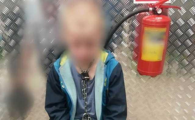 Семилетнего мальчика мать и отчим посадили на цепь и истязали два года