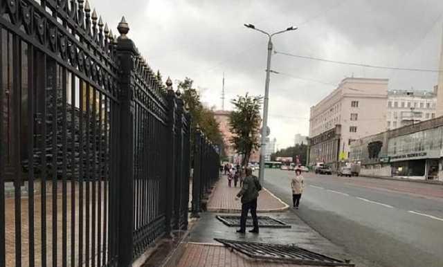Пьяный мужчина разрушил железный забор у здания правительства Челябинской области