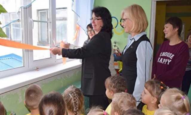 В Сети обсудили «новость из Сверхдержавы» о торжественном открытии чиновниками новых окон в детсаду