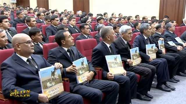 В Туркменистане шестой день празднуют публикацию книги президента об алабаях