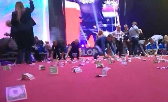 Миллиардер Рыбаков осыпал зрителей форума «Синергия» дождем из купюр на сумму 20 тыс. долларов
