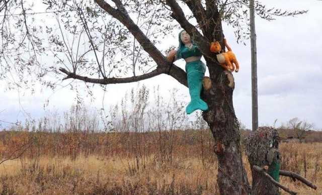 На Сахалине чиновники торжественно открыли аллею с поролоновыми русалками. На нее потратили полмиллиона рублей