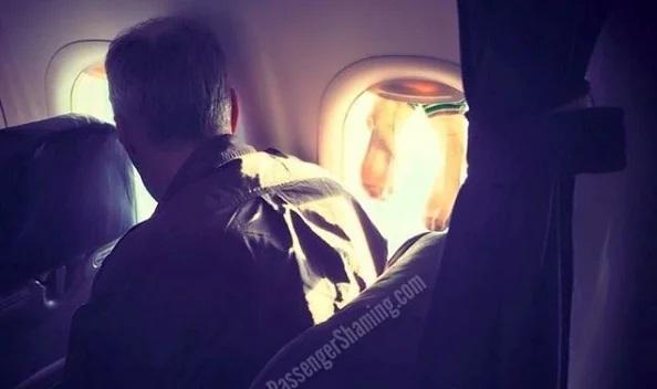 Сушил носки на иллюминаторе: в сети высмеяли пассажира самолета