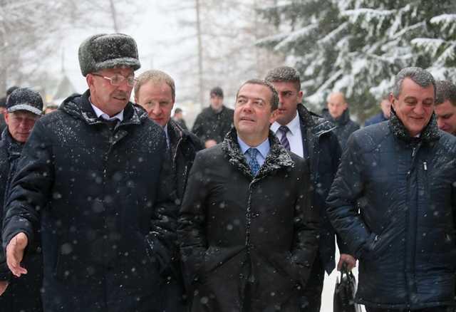 """Жительница Алтайского края упала на колени, умоляя """"барина"""" Медведева решить проблемы с горячей водой"""