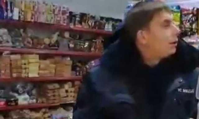 Пьяного приморского полицейского, пытающегося купить в магазине шоколадные яйца, сняли на видео