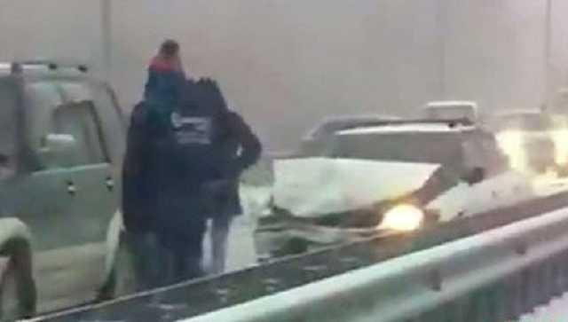 Число пострадавших в массовом ДТП в России машин увеличилось до полусотни