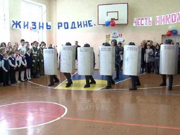 В России на школьной линейке тюремный спецназ показал, как разгоняет митинги