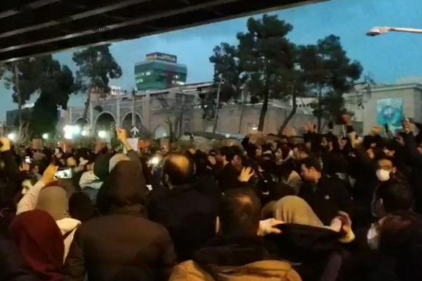 """""""Смерть лжецам!"""" Трагедия с украинским самолетом вызвала масштабные протесты в Иране"""