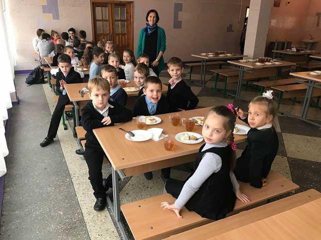 Скандальные фирмы и просрочка: чем кормят и как травят детей в школах Киева