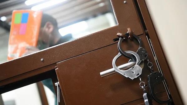 Банкир выходит из-под ареста в колонию