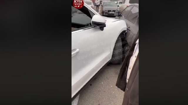 В Киеве пьяная женщина на Porsche разбила шесть авто на парковке супермаркета