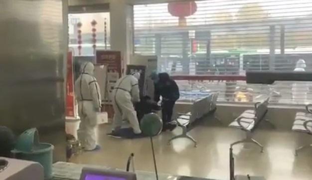 Упал замертво лицом в асфальт: в Китае засняли новых жертв 2019-nCoV. Тревожные видео