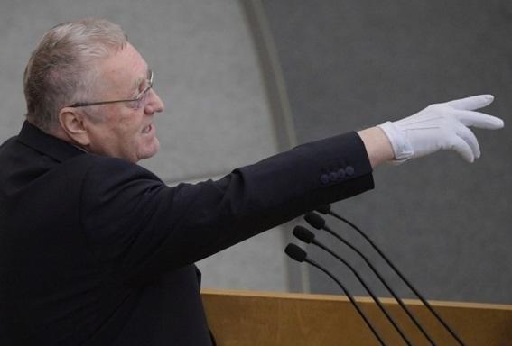 Жириновский пришел в Госдуму в перчатках и поучил депутатов борьбе с вирусами
