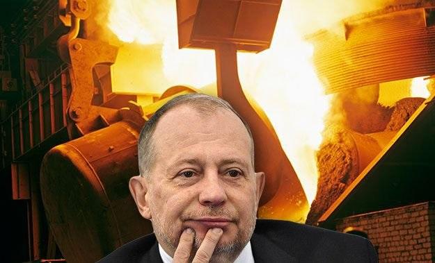 Олигарх Владимир Лисин достает из шкафа малиновый пиджак